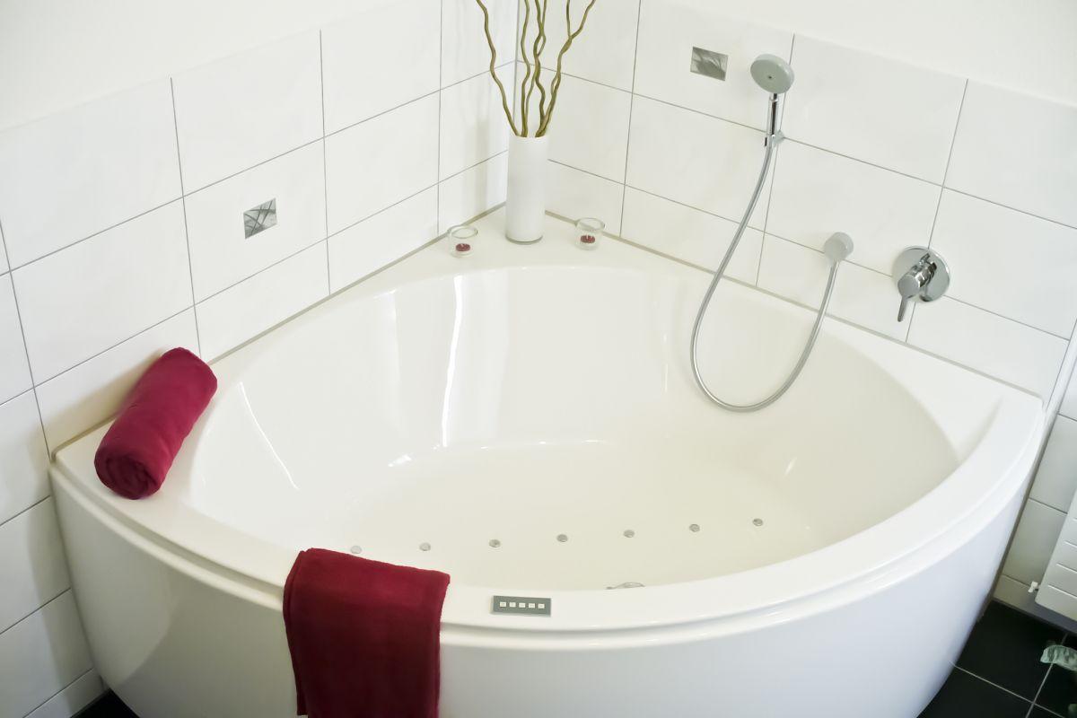 Badezimmer schwab heizung sanit r klima ag kerzers for Eckbadewanne mit whirlpool